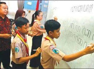 Ilustrasi: Beberapa siswa sedang menulis menggunakan aksara Jawa di kelas. (KalderaNews.com/Ist.)