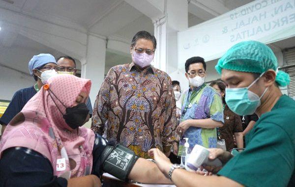Ketua Komite Penanganan Covid-19 dan Pemulihan Ekonomi Nasional, Airlangga Hartarto melakukan kunjungan ke SVS di gedung Sekolah Santa Ursula Jakarta. (KalderaNews.com/Dok. KemenkoEkon)
