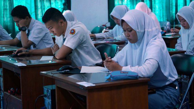Ilustrasi; Siswa SMA saat mengikuti ujian Berbasis Komputer di salah satu sekolah di Jawa Tengah. (KalderaNews.com/Ist.)
