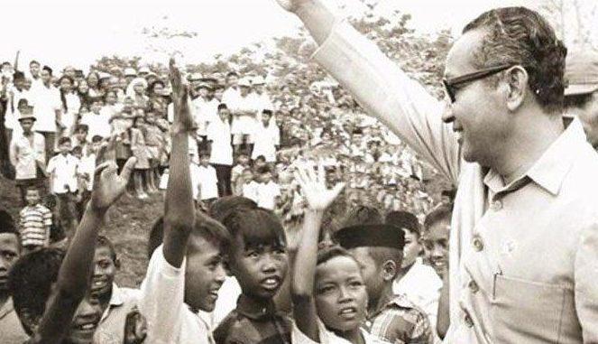 Ilustrasi: Presiden Soeharto bersama dengan anak-anak. (KalderaNews.com/Ist.)