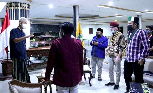 Gubernur Jawa Tengah Ganjar Pranowo menemui sejumlah mahasiswa. (KalderaNews.com/Ist.)