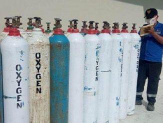 Ilustrasi: Seorang petugas mengecek pasokan oksigen. (KalderaNews.com/Ist.)