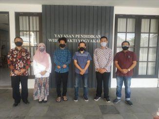 Mahasiswa peraih program MBKM bersama jajaran pimpinan STMIK Akakom. (KalderaNews.com/Ist.)