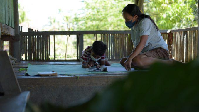 Rosfina Mendes saat mendampingi anaknya belajar