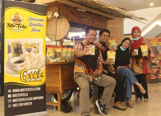 Beberapa orang memegang geblek kelor di salah satu pameran. (KalderaNews.com/Foto Ist}