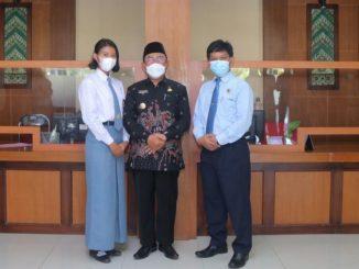 Esterinda bersama Bupati Kulon Progo dan Kepala SMAN 1 Sentolo