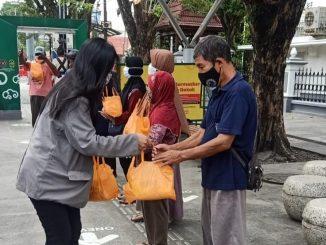 Mahasiswa dari lima provinsi membagikan bantuan bagi warga terdampak pandemi Covid-19