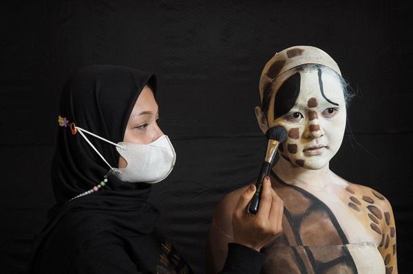 Siswa berkebutuhan khusus di ajang kompetisi tata rias internasional Cidesco Make Up and Body Art Competition 2021 pada Rabu, 8 September 2021