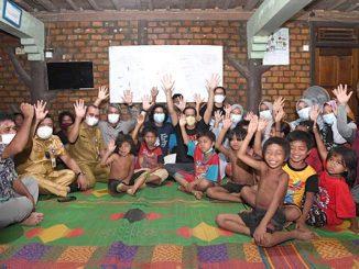 Mendikbudristek Nadiem Makarim bersama guru, orangtua, dan anak-anak Suku Anak Dalam. (KalderaNews.com/Dok.Kemendikbudristek)