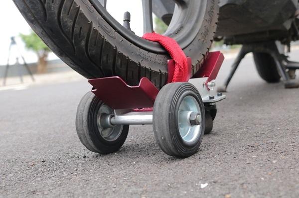 """Alat bantu kebocoran ban pada sepeda motor yang diberi nama """"Postrub"""" buatan Mahasiswa Prodi Teknik Industri IT Telkom Purwokerto"""