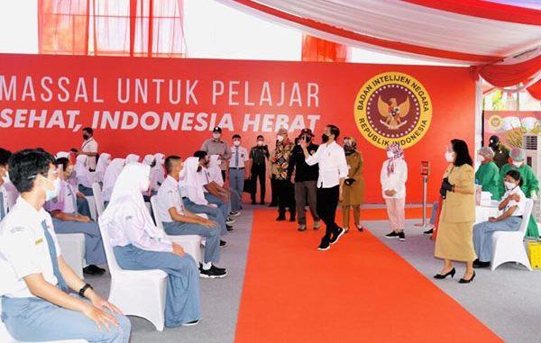 Presiden Jokowi meninjau vaksinasi pelajar di Sukoharjo, Jawa Tengah. (KalderaNews.co/BPMI Setpres/Rusman)
