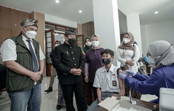 Kepala Dinas Pendidikan (Kadisdik) Jawa Barat (Jabar) sekaligus Ketua Divisi Percepatan Vaksinasi Jabar, Dedi Supandi vaksinasi di SMKN 15 Bandung pada Kamis, 23 September 2021